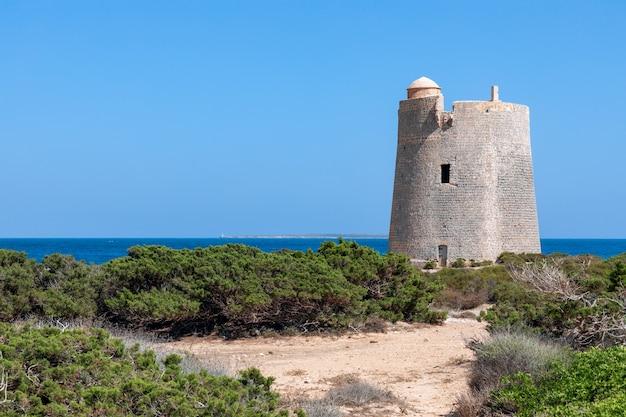 Vue de l'ancienne tour d'observation torre de ses portes sur la côte de l'île d'ibiza.