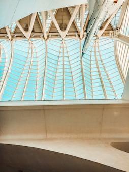Vue d'angle d'avion à l'intérieur du musée