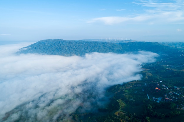 Vue d'angle élevé de brouillard dans la matinée à khao kho phetchabun thaïlande vue aérienne