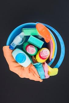 Vue d'angle élevé de divers équipements de nettoyage dans le panier