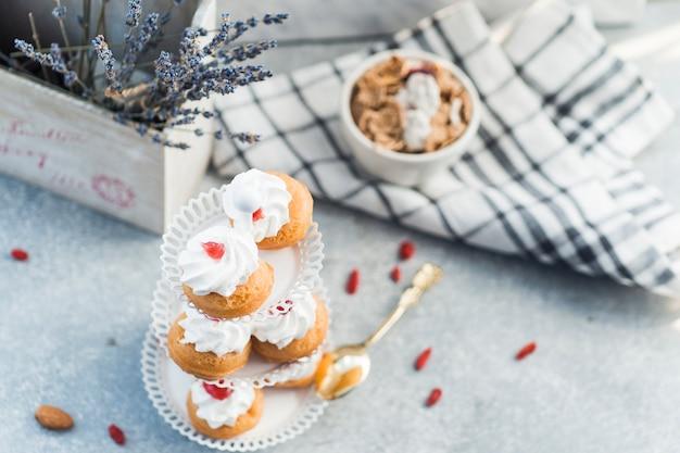 Vue d'angle élevé de muffins frais sur fond de béton