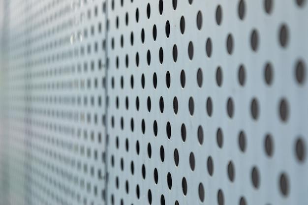 Vue angulaire d'une surface métallique à ouvertures rondes
