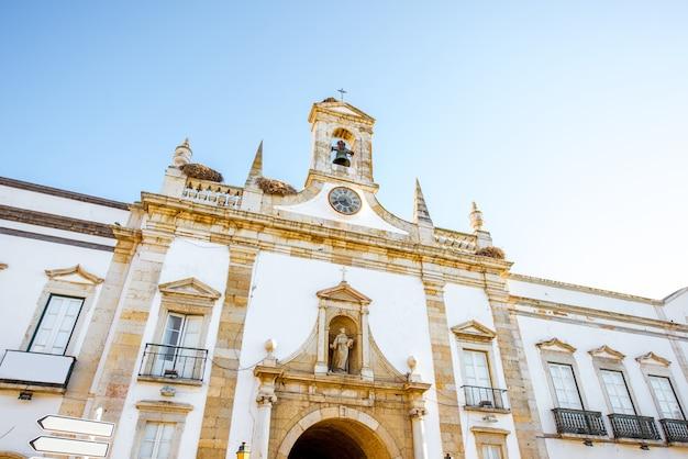 Vue sur l'arc de cidade dans la vieille ville de faro au sud du portugal