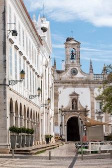 Vue sur les arcs et l'entrée principale de la vieille ville dans le jardin manuel bivar, situé à faro, au portugal.
