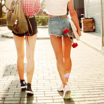 Vue arrière d'adolescents marchant dans la rue
