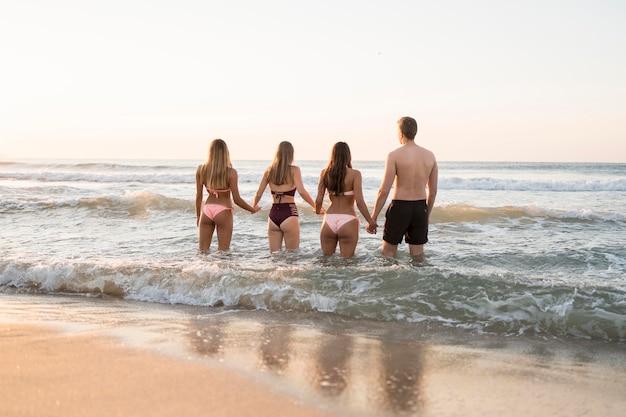 Vue arrière des amis dans la mer