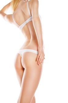 Vue arrière de la belle femme de race blanche en bikini blanc, isolé sur fond blanc