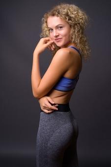 Vue arrière de la belle jeune femme sportive prête pour la gym