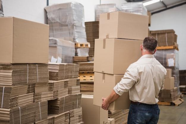 Vue arrière des boîtes de transport de travailleur