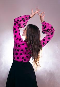 Vue arrière, brunette, à, bras haut