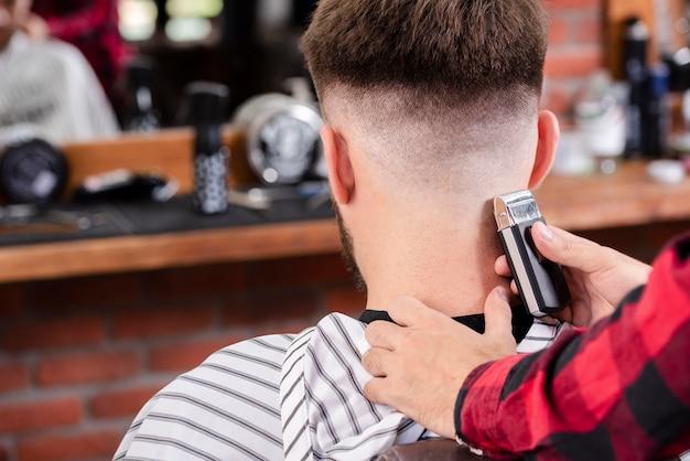 Vue arrière, coiffeur, coupe, cheveux