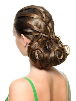 Vue arrière de la coiffure créative moderne isolée sur blanc