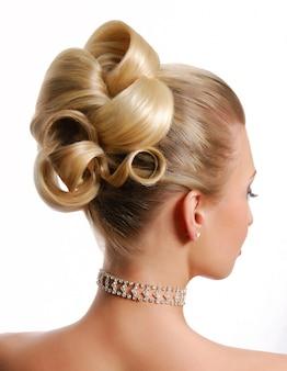 Vue arrière de coiffure de mariage de beauté isolé sur blanc