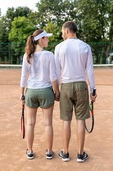Vue arrière, couple, tennis