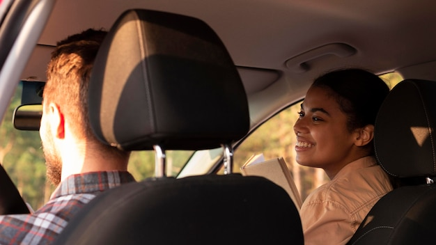 Vue arrière couple voyageant en voiture