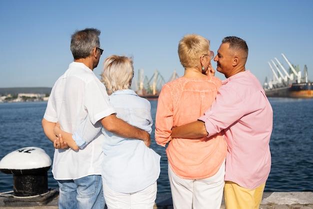 Vue arrière des couples de personnes âgées voyageant