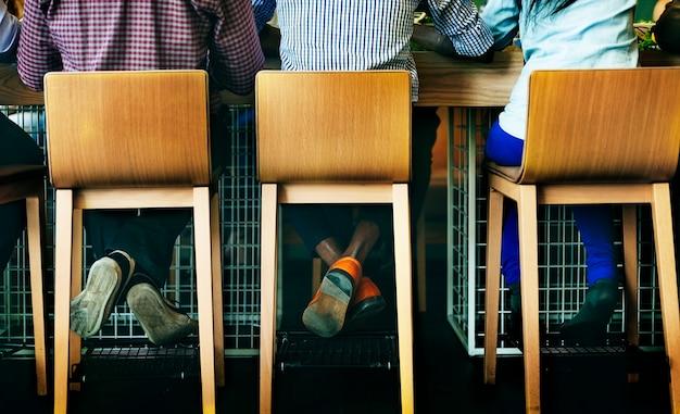 Vue arrière de diverses personnes assises ensemble au café