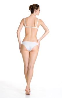 Vue arrière du beau corps féminin mince. . portrait en pied