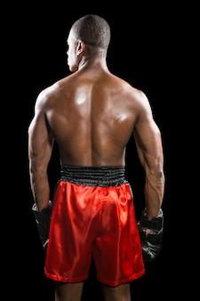 Vue arrière du boxeur debout