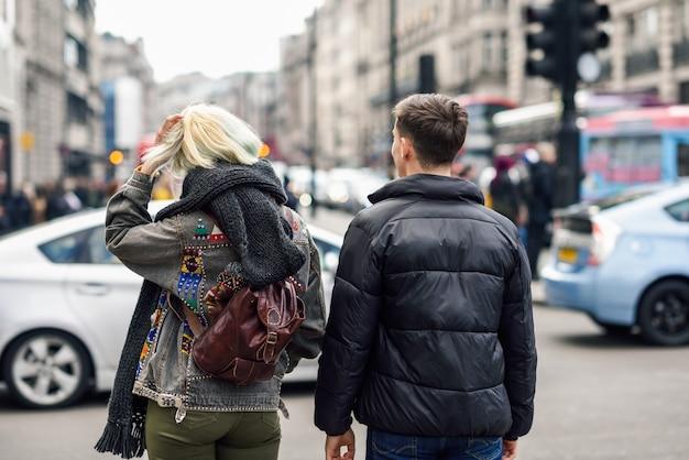 Vue arrière du couple d'amis heureux, profitant de la vue pendant le voyage.