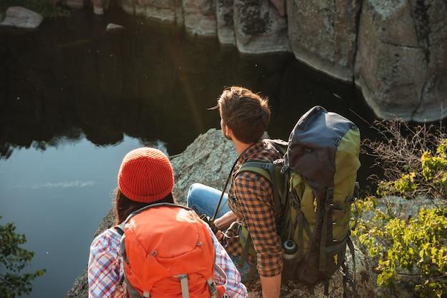Vue arrière du couple aventurier près du canyon