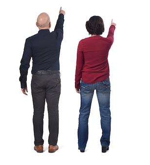 Vue arrière du couple pointant au loin