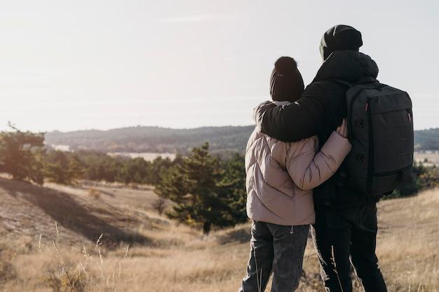 Vue arrière du couple se tenant