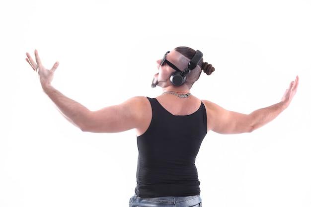 Vue arrière du dj-rappeur élégant, regardant l'espace de copie
