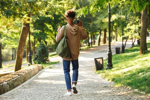 Vue arrière du gars africain avec sac à dos
