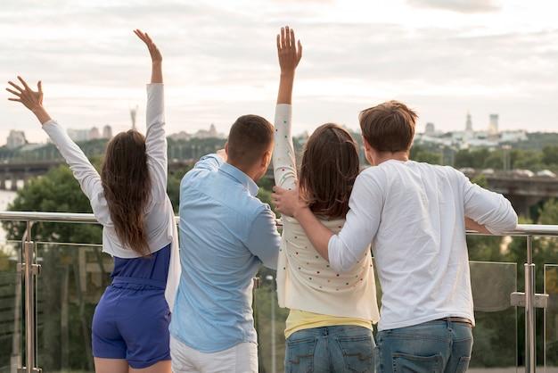 Vue arrière du groupe d'amis sur une terrasse