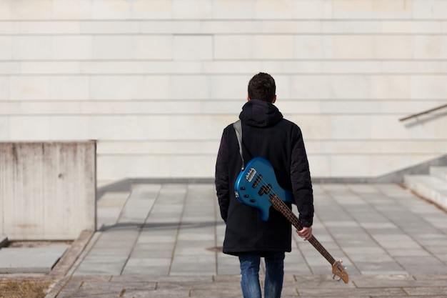 Vue arrière du guitariste