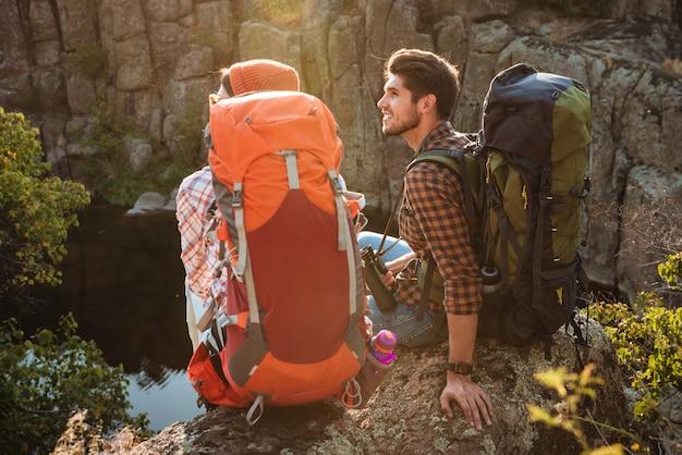 Vue arrière du jeune couple aventurier près du canyon