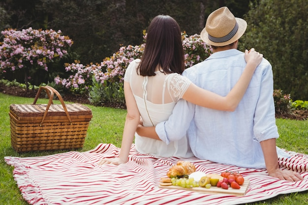 Vue arrière du jeune couple s'embrassant dans le jardin