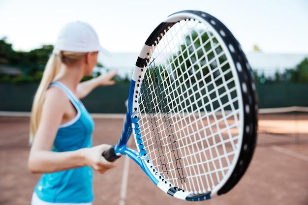 Vue arrière du joueur de tennis en cour