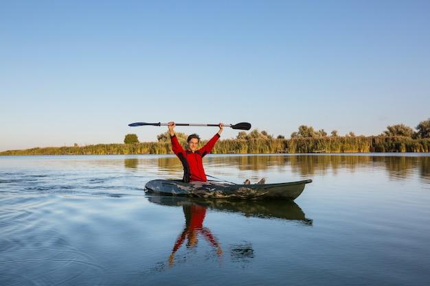 Vue arrière du kayak paddle kayak en rivière d'été
