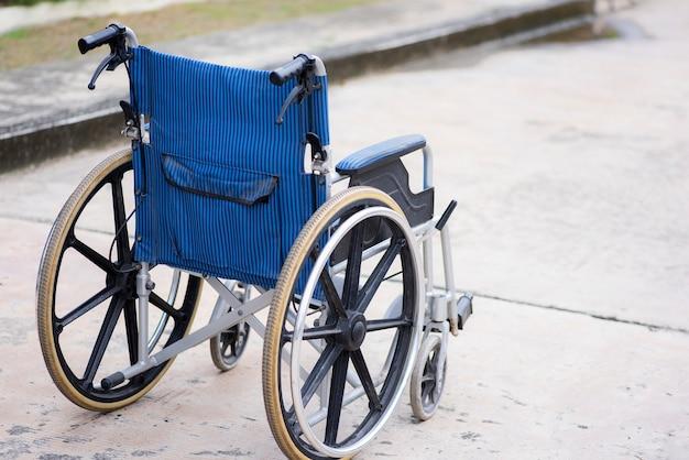 Vue arrière du parc de fauteuil roulant vide sur la route