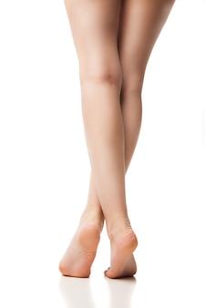 Vue arrière du pied de femme sur fond blanc, isolé, gros plan