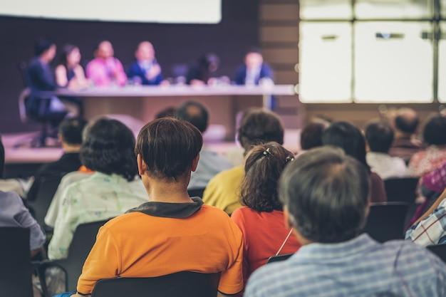 Vue arrière du public dans la salle de conférence ou la réunion de séminaire