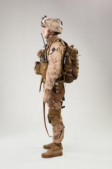 Vue arrière du soldat militaire des soldats de l'armée américaine opérateur de marine studio shot portrait