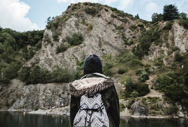 Vue arrière du voyageur avec paysage nature