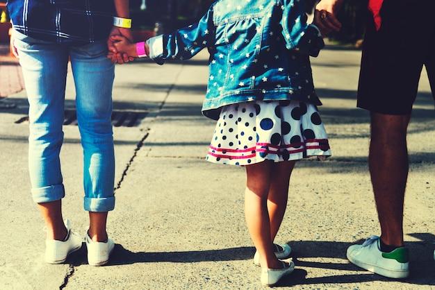 Vue arrière de la famille tenant les mains ensemble en marchant