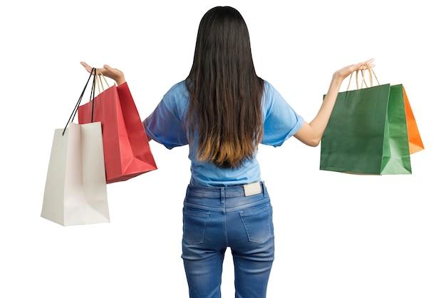 Vue arrière de la femme asiatique portant des sacs à provisions isolé sur fond blanc