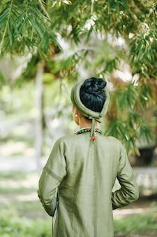 Vue arrière de la femme en costume traditionnel