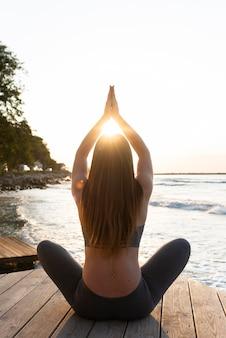 Vue arrière, femme, dans, lotus, méditer