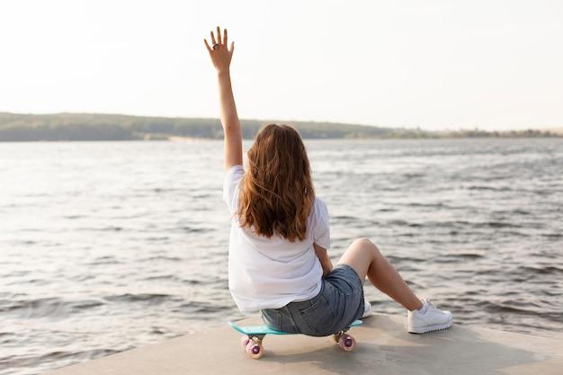 Vue arrière de la femme à l'extérieur au bord du lac