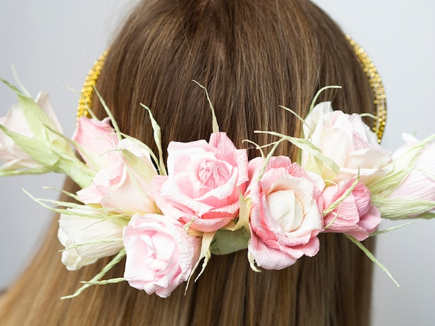 Vue arrière, femme, à, fleur, couronne, gros plan