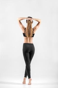 Vue arrière de la femme en forme