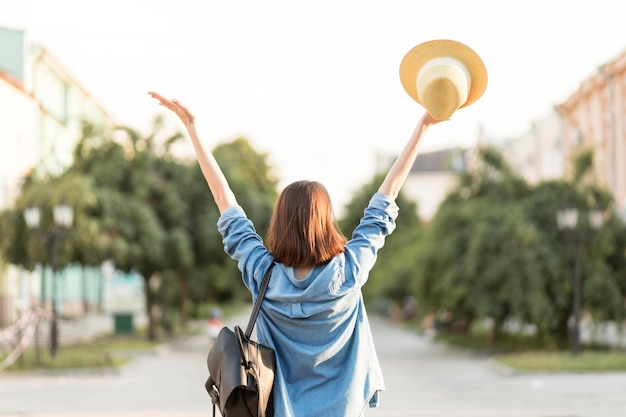 Vue arrière femme heureuse, profitant de vacances