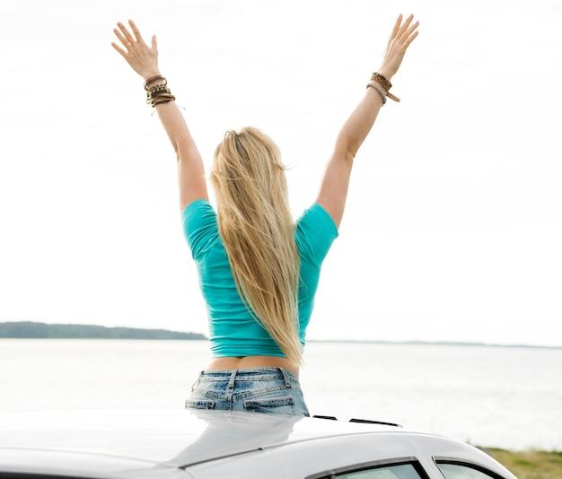 Vue arrière femme hors de la voiture