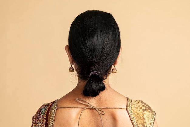 Vue arrière d'une femme indienne dans un sari traditionnel